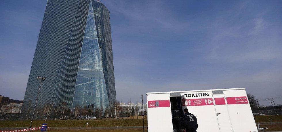 Emoce vzbuzující. Při otevření nového sídla Evropské centrální banky ve Frankfurtu nad Mohanem se masivně protestovalo.