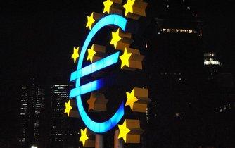 Symbol eura před Evropskou centrální bankou ve Frankfurtu