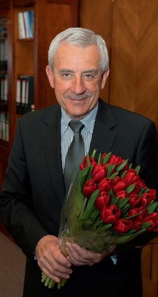 Leoš Heger s tulipány od parkinsoniků