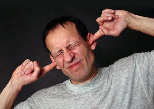 hluk, ucho, uši