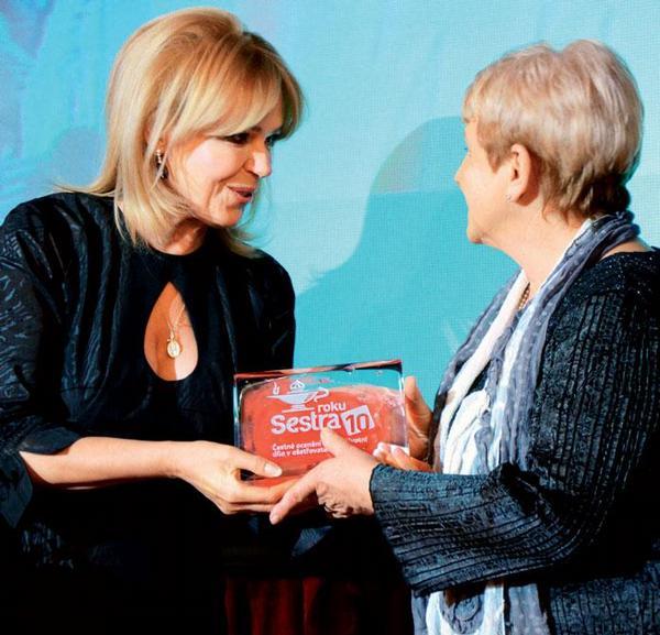 Vyhlášení vítězky kategorie Čestné ocenění za celoživotní dílo v ošetřovatelství. </p><br /><br /><br /><br /><br /> <p>Zleva Mgr. Dagmar Havlová a Anna Chrzová.