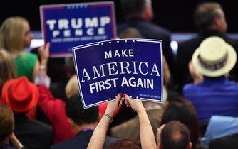 Slogan MAKE AMERICA FIRST AGAIN provázel volební kampaň Donalda Trumpa