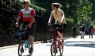 Cyklisté na skládacích městských kolech – stále častější obrázek z měst