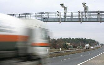 Mýtná brána na dálnici u Řitky u Prahy.