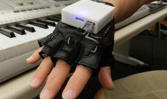 Hra na klavír jako terapie po ochrnutí ruky