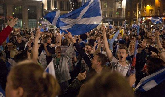 Skotové mají za sebou bouřlivou noc. Většina voličů ale nezávislost nakonec odmítla