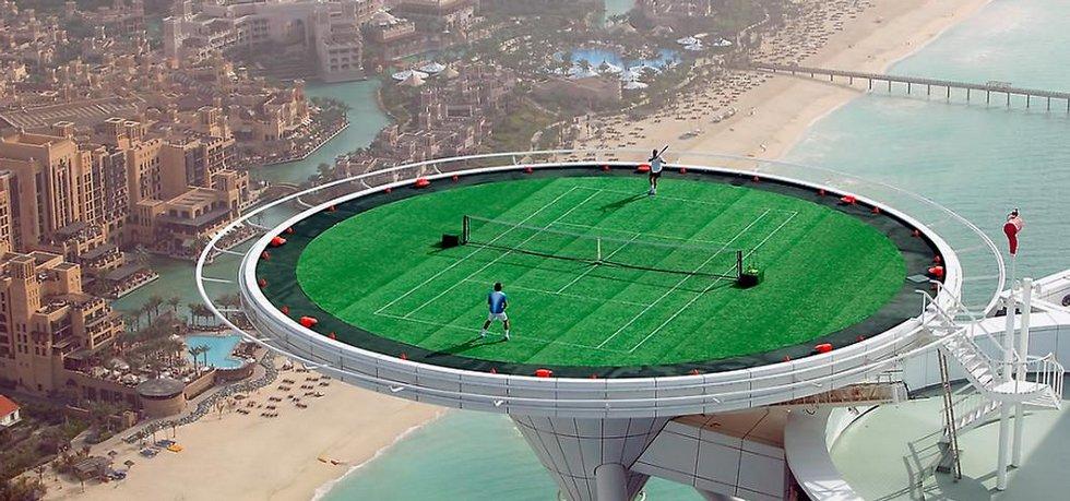 Aggasi vs. Federer na střeše hotelu Burj Al Arab v Dubaji. Fotografie licencovaná pod CC BY 2.0