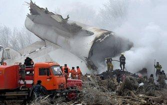 Následky tragického pádu tureckého letadla v Kyrgyzstánu