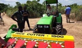 České traktory slaví úspěchy v Ghaně, nečekaně se osvědčily při sklizni rýže