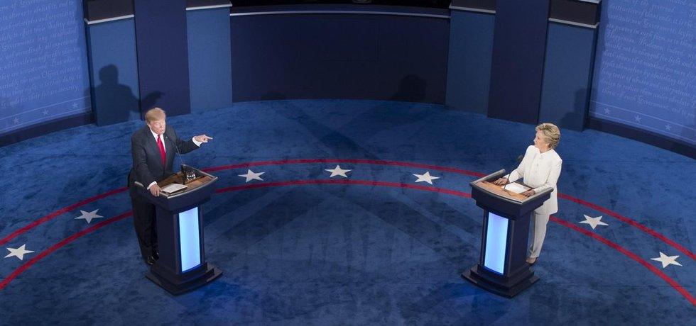 Hillary Clintonová a Donald Trump během třetí debaty