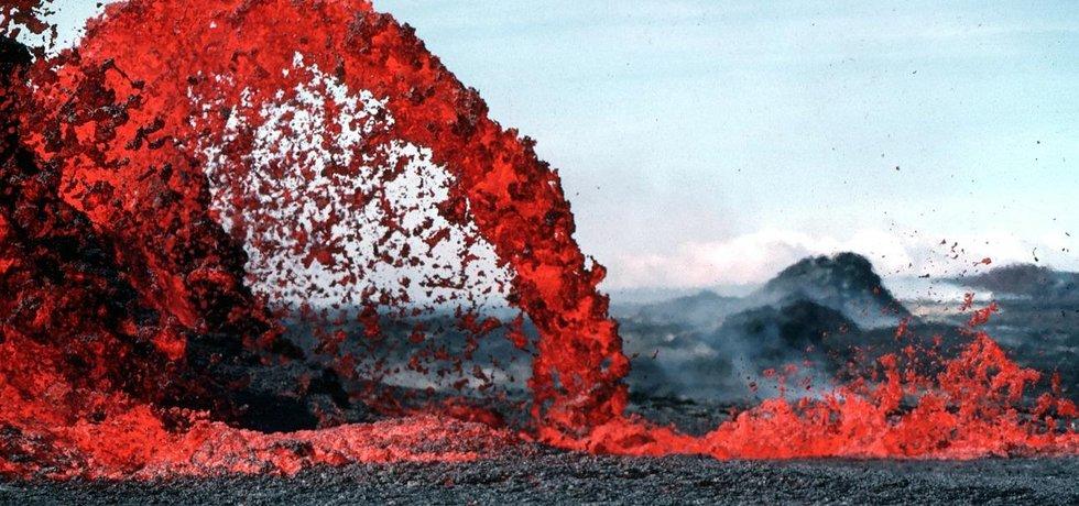 Když se magma dostane na povrch, stává se z něj láva.