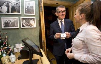 Ministr financí Andrej Babiš po zavedení evidence tržeb obcházel restaurace