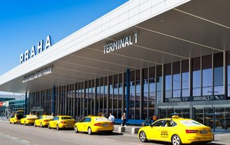 Vozy taxi před Letištěm Praha