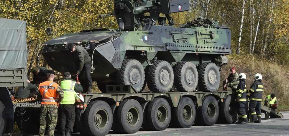 V Táboře-Čekanicích došlo k dopravní nehodně jednoho civilního vozidla a pěti vozidel Pandur 42