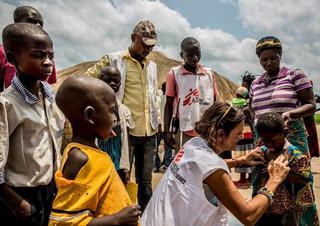 Očkování proti spalničkám v Demokratické republice Kongo. Lékaři bez hranic