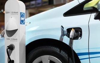 Elektromobil u nabíjecí stanice (ilustrační foto)