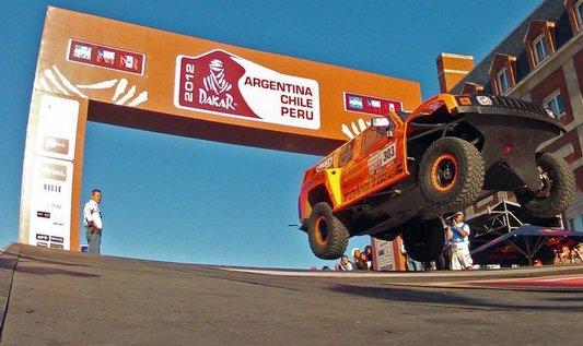 Start rallye Dakar bývá velkou show, pak už ale závodníky čeká boj s drsnou jihoamerickou tratí.
