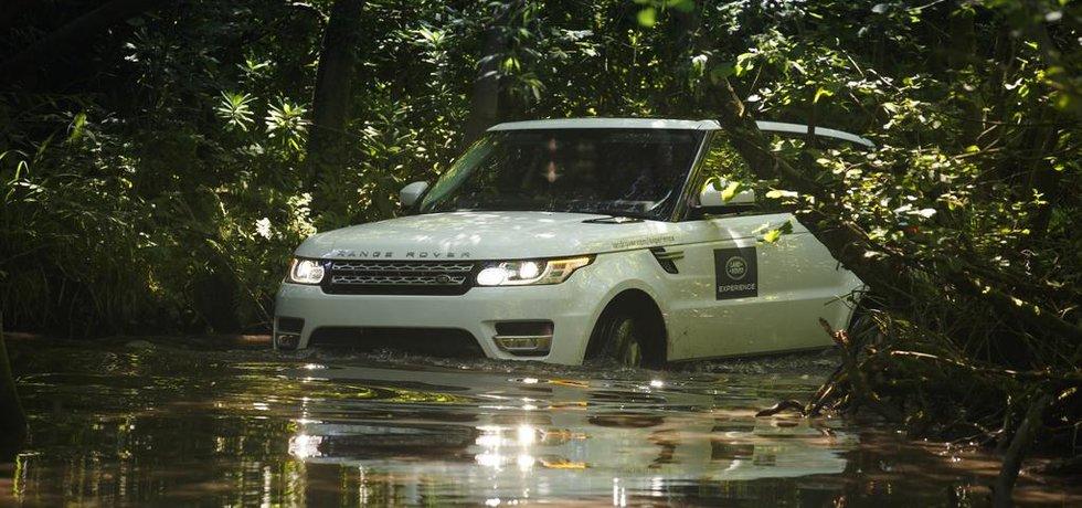 Range Rover Sport při brodění hlubokou vodou