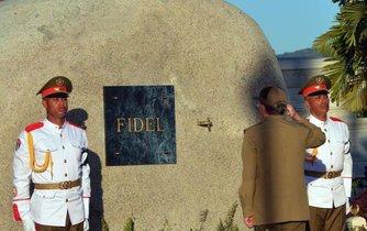 Kubánský prezident Raul Castro salutuje před hrobkou svého bratra a dlouholetého vůdce země Fidela