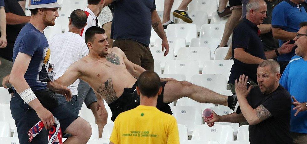 Ruští fanoušci napadají anglické příznivce