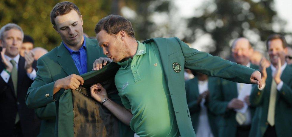 Anglický golfista Danny Willett dostává zelené sako pro vítěze Masters.