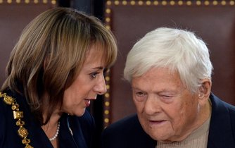 Osmaosmdesátiletý Jiří Brady (vpravo) převzal 26. října v Praze od pražské primátorky Adriany Krnáčové (vlevo) Klíč od obce pražské