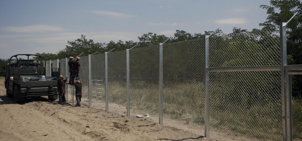 Maďarsko postavilo před migranty plot