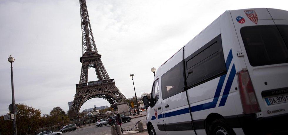 Policie poblíž Eiffelovy věže (Zdroj: ČTK)