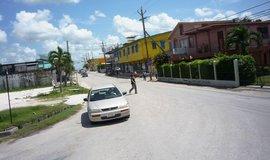 Tajemný Čech zaměstnává úřady v Belize. Neví, co v zemi dělá a jak se jmenuje