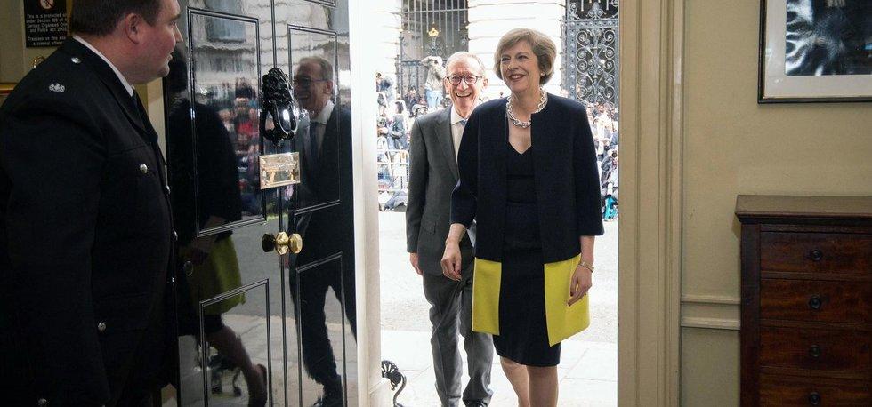 Theresa Mayová vchází do Downing Street č. 10. (Zdroj: ČTK)