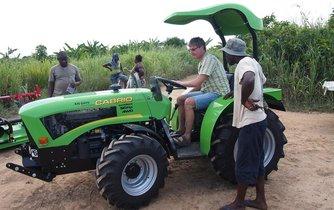 Malotraktor pro sklizeň rýže od firmy Šálek v Ghaně