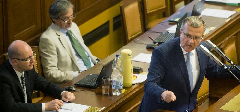 Zleva premiér Bohuslav Sobotka, ministr obrany Martin Stropnický a místopředseda TOP 09 Miroslav Kalousek 15. července na mimořádné schůzi Poslanecké sněmovny v Praze.
