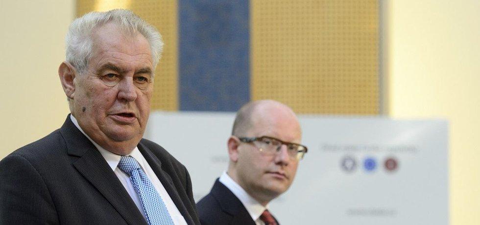 Prezident Miloš Zeman a premiér Bohuslav Sobotka (ČSSD)