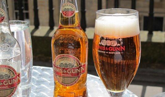 skotské pivo zrající v dubových sudech