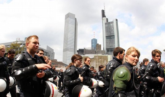 Do ulic Frankfurtu vyšlo 20 tisíc lidí. V pozadí sídlo Evropské centrální banky