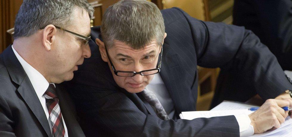 Ministři Lubomír Zaorálek (vlevo) a Andrej Babiš v Poslanecké sněmovně v Praze.