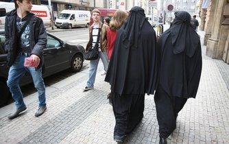 Obětmi násilí z nenávisti se v Česku stále častěji stávají cizinci a muslimové.