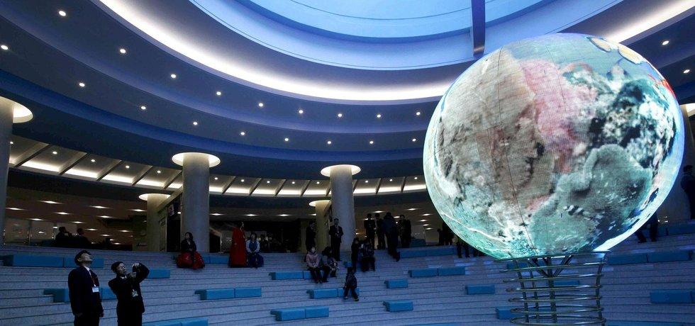 Interiér technologického centra v Pchjong-Jangu prezentující severokorejský vesmírný program