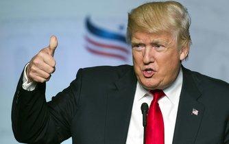 Republikánský kandidát na prezidenta USA Donald Trump se svým charakteristickým gestem