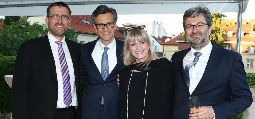 Zleva: Martin Pospíšil, ředitel Odboru zahraničně-ekonomických politik; francouzský ambasador Jean-Pierre ASVAZADOURIAN; herečka Chantal Poullain a Vladimír Bärtl, náměstek ministra průmyslu a obchodu, který řídí sekci Evropské unie a zahraničního obchodu.
