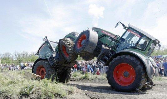 zápasící traktory