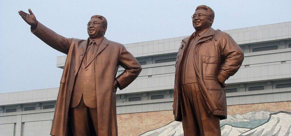 Bývalí vůdci KLDR Kim Ir-sen (vlevo) a Kim Il-Čong (Autor: José Fernandes Jr., CC BY 2.0 via Wikimedia Commons)