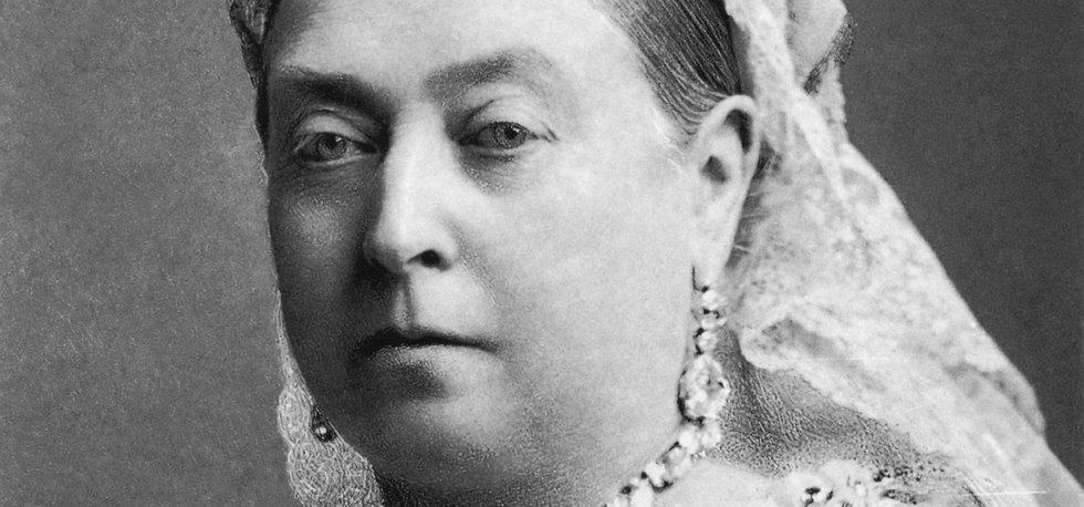 Na této fotografii legendární královna Viktorie korunku, kterou jí dal její nastávající princ Albert, nemá.