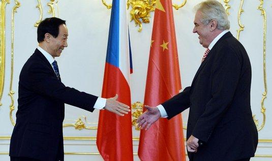 Prezident republiky Miloš Zeman (vpravo) přijal 4. prosince v Praze šéfa oddělení pro zahraničí Ústředního výboru Komunistické strany Číny Wang Ťia-žueje