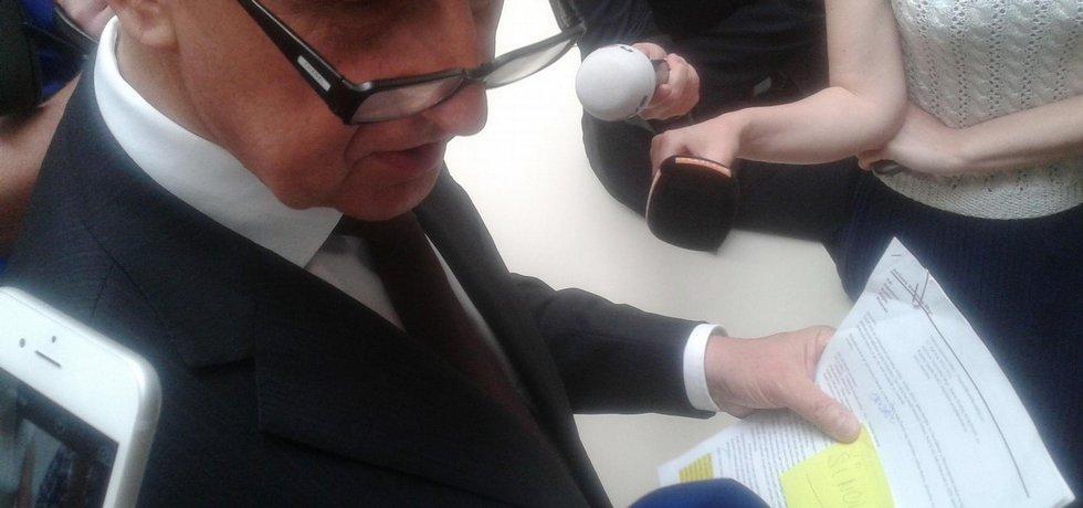 Andrej Babiš drží v ruce papíry s údaji o poslanci Ladislavu Šinclovi