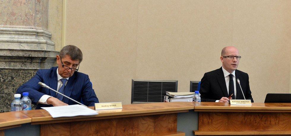 Ministr financí Andrej Babiš a premiér Bohuslav Sobotka (vpravo) na jednání vlády