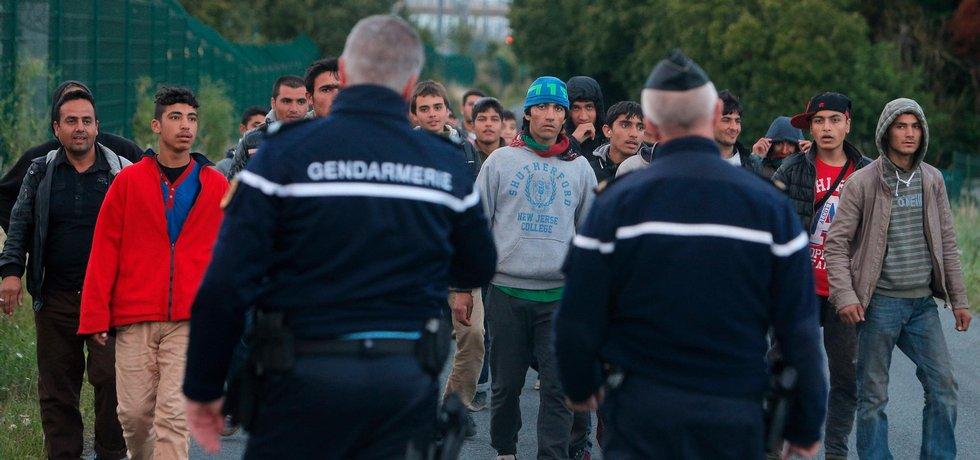 Francouzská policie se snaží držet migranty dál od eurotunelu