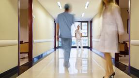 *nemocnice, chodba, lékaři, sestry