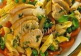 Salát s kuřecími prsíčky a těstovinami