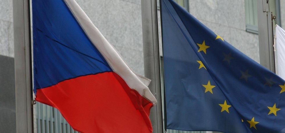 Vlajky ČR a EU (zdroj: Tomáš Novák, Euro)